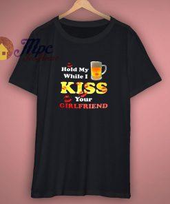 Tenir My Bière While I Bisou Vous Copine Drôle T Shirt